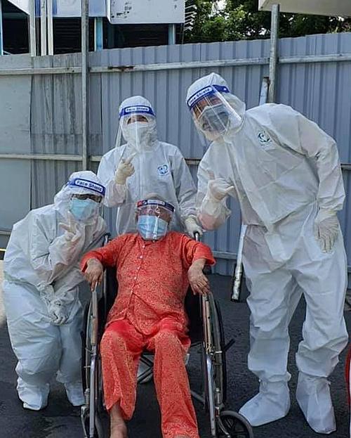 Cụ bà xuất viện tại Bệnh viện Nhân dân Gia Định. Ảnh: Bệnh viện cung cấp.