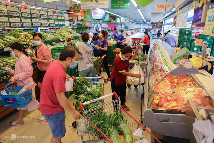 Người dân TP HCM đi mua sắm tại một siêu thị ở quận 3. Ảnh: Quỳnh Trần.
