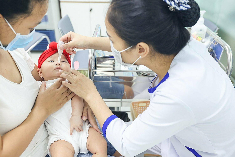 Trẻ uống vaccine Rotavirus để chủ động phòng bệnh