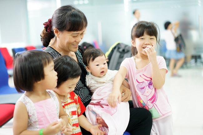 rẻ em được gia đình cho đi tiêm phòng vắc xin tại VNVC