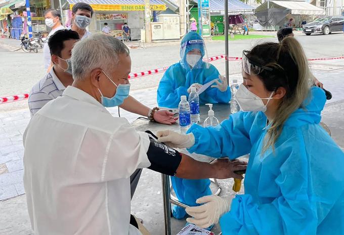 Người dân Bình Dương được thăm khám trước khi tiêm vaccine Covid-19. Ảnh:Yên Khánh