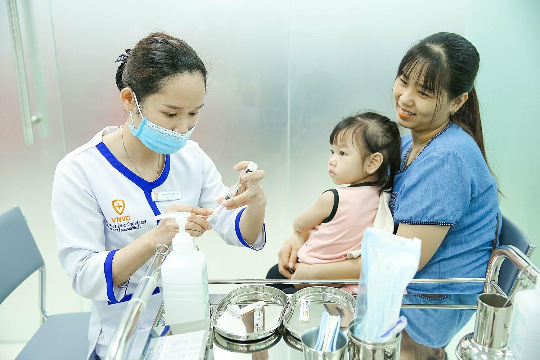 Trẻ cần được tiêm nhắc vaccine bạch hầu - uốn ván - ho gà để củng cố miễn dịch. Ảnh: VNVC