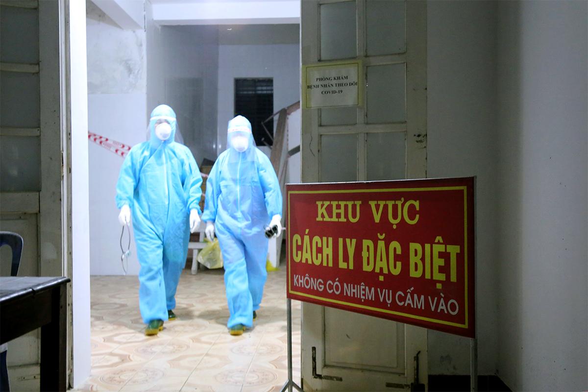 Bác sĩ làm nhiệm vụ tại Bệnh viện Đa khoa khu vực cửa khẩu Cầu Treo. Ảnh: Đức Hùng
