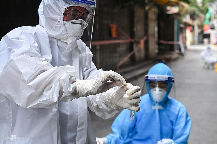 Lực lượng y tế lấy mẫu xét nghiệm cho người dân phường Thanh Xuân Trung, Hà Nội, ngày 30/8. Ảnh: Giang Huy