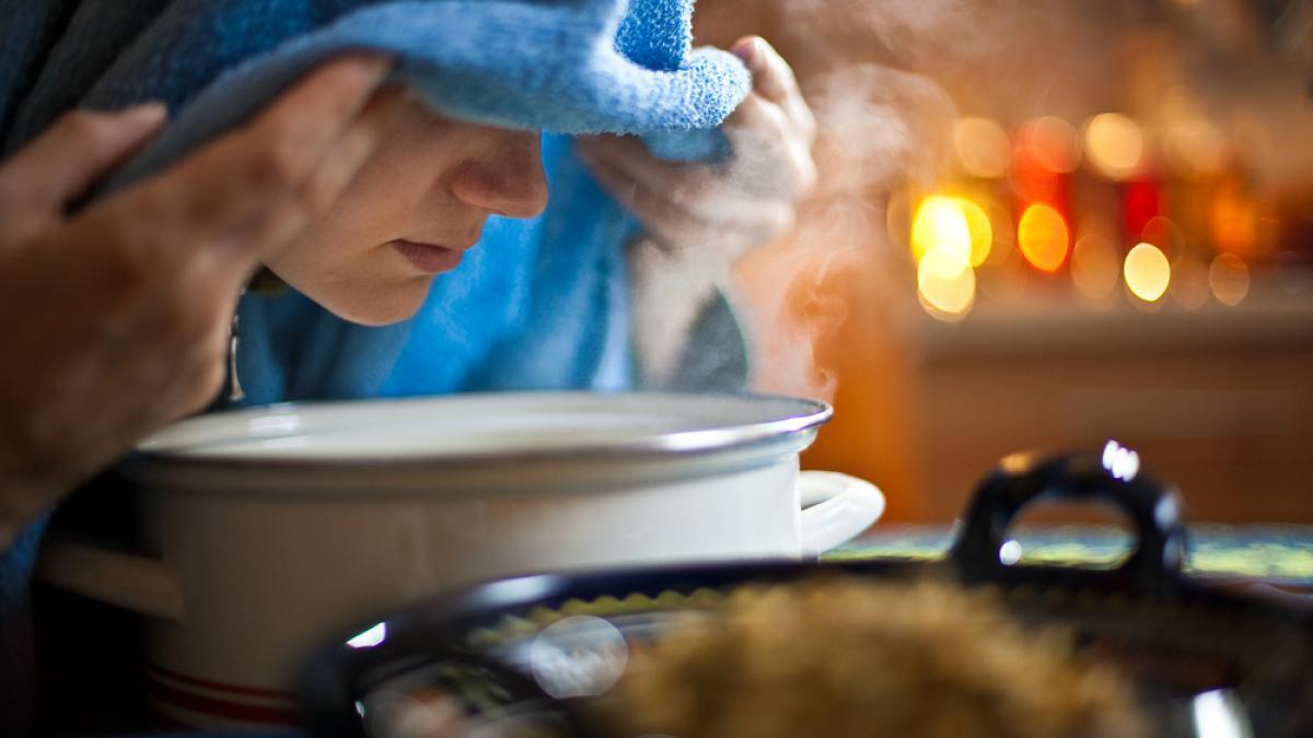 Hơi nóng từ nước và kháng sinh thực vật giúp sát khuẩn vùng xông. Ảnh: Mandalayoga