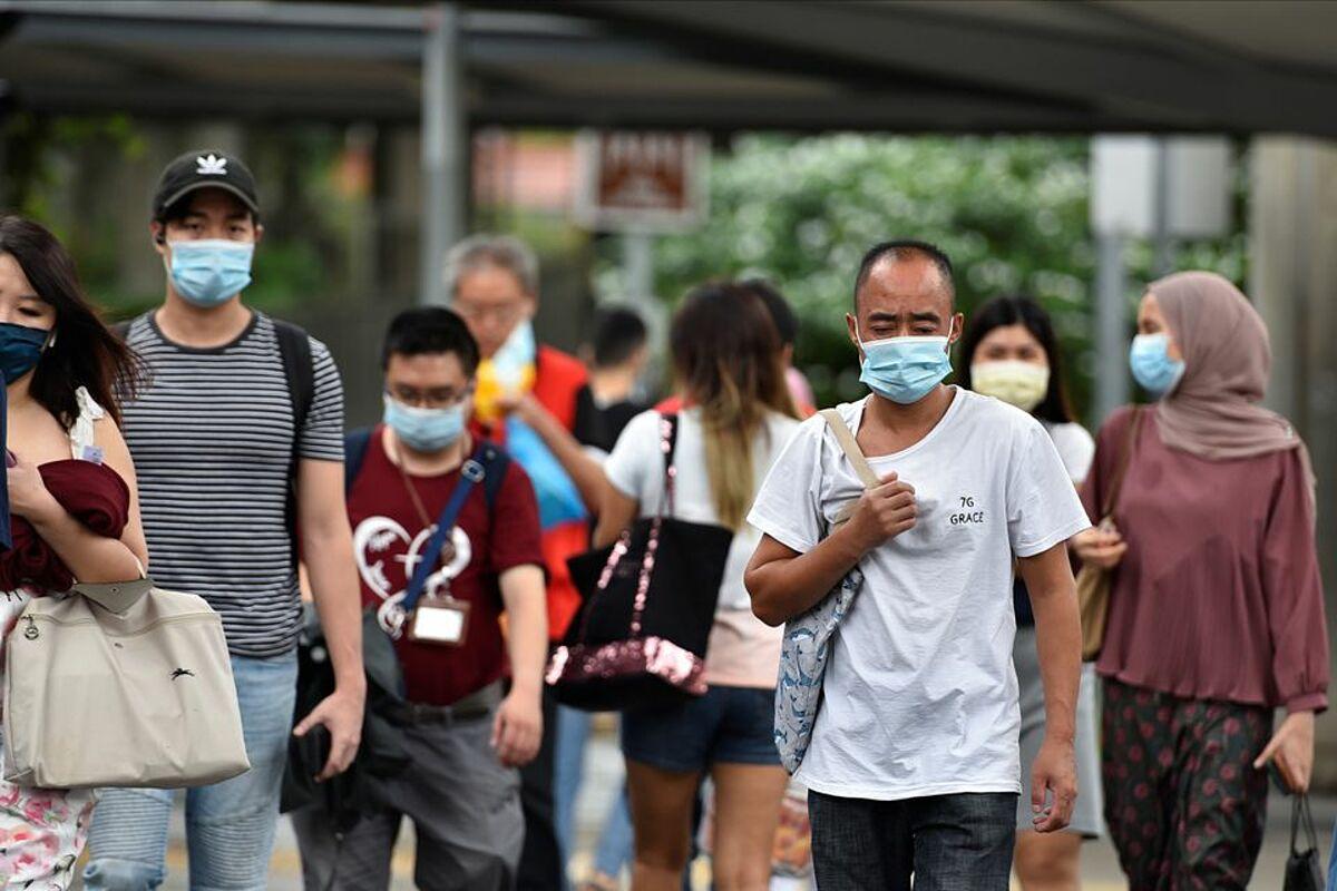 Người dân Singapore đeo khẩu trang khi ra ngoài vào ngày 14/5. Ảnh: Reuters