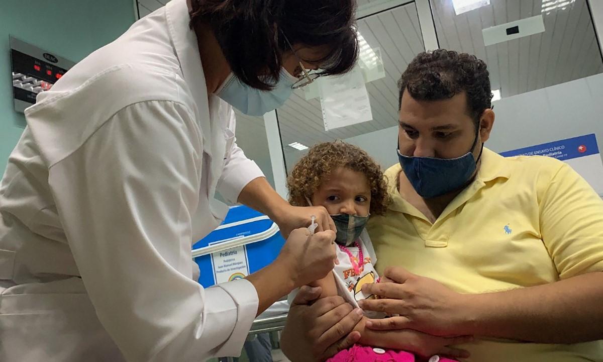 Nhân viên y tế Cuba tiêm vaccine Covid-19 cho một bé gái ở thủ đô Havana, ngày 24/8. Ảnh: AFP.