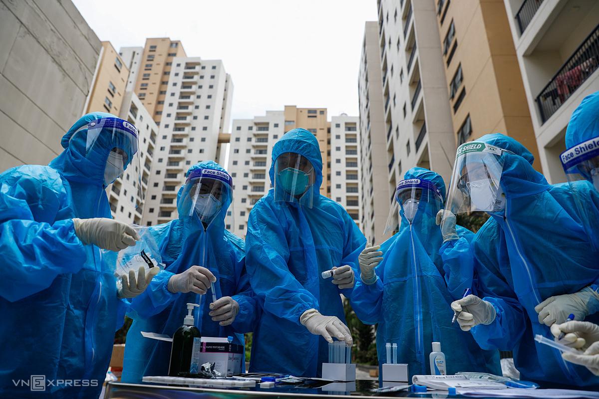 Nhân viên y tế tại một bệnh viện dã chiến chuyển đổi từ khu chung cư ở TP HCM. Ảnh: Hữu Khoa.