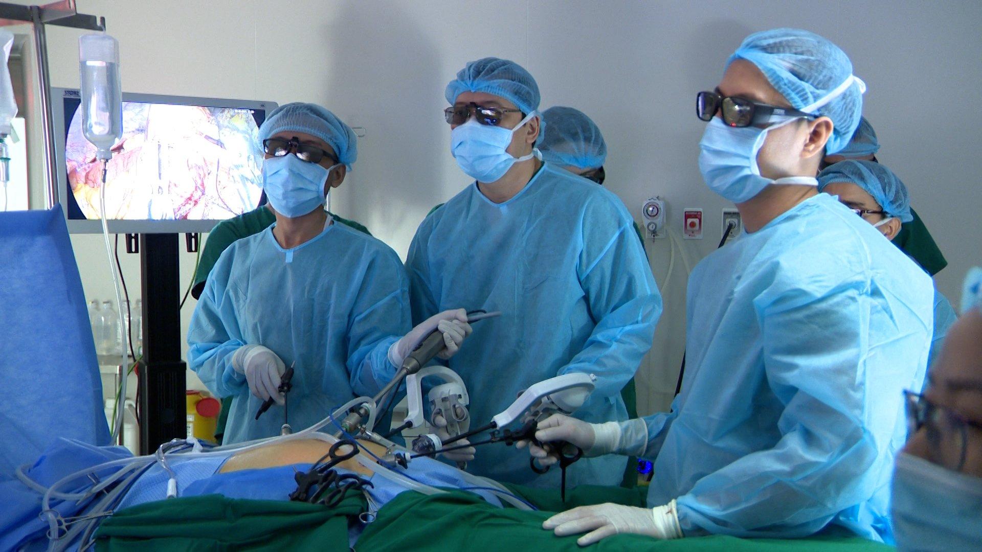 TS.BS Đỗ Minh Hùng và các bác sĩ trong một ca phẫu thuật nội soi bằng dụng cụ robot cầm tay cơ học kết hợp với hệ thống nội soi 3D 4K tại BVĐK Tâm Anh.