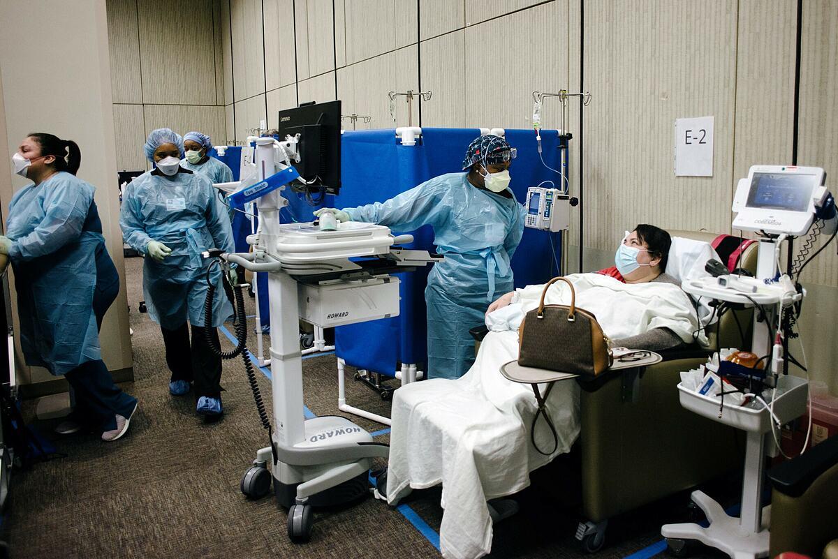 Bệnh nhân được truyền kháng thể đơn dòng tại Houston Methodist, tháng 9/2021. Ảnh: NY Times