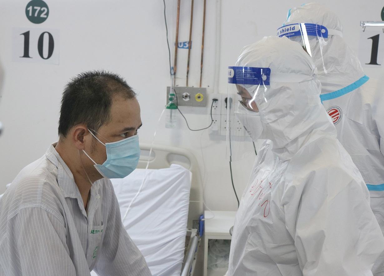 Có lúc nản trí, buông xuôi nhưng nhờ sự động viên của các nhân viên y tế, anh Bình đã chiến thắng Covid và sắp được trở về. Ảnh: Thành Dương