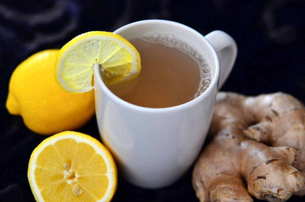 Nước chanh gừng ấm giúp cung cấp vitamin C và tăng đề kháng cho cơ thể. Ảnh. Pinterest