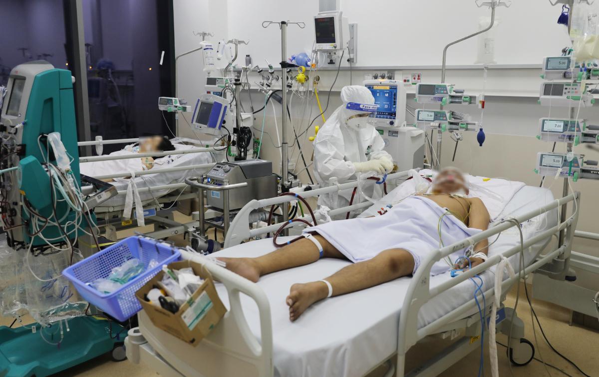 Nhân viên y tế chăm sóc cho bệnh nhân nặng phải thở máy tại Bệnh viện Hồi sức Covid-19, TP Thủ Đức. Ảnh: Quỳnh Trần