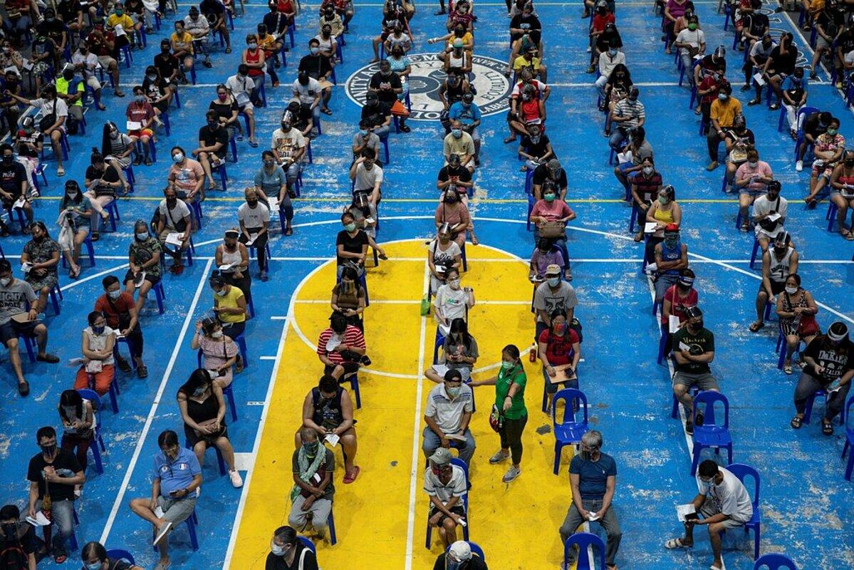 Người dân ở Manila xếp hàng chờ tiêm vaccine Moderna. Ảnh: Reuters