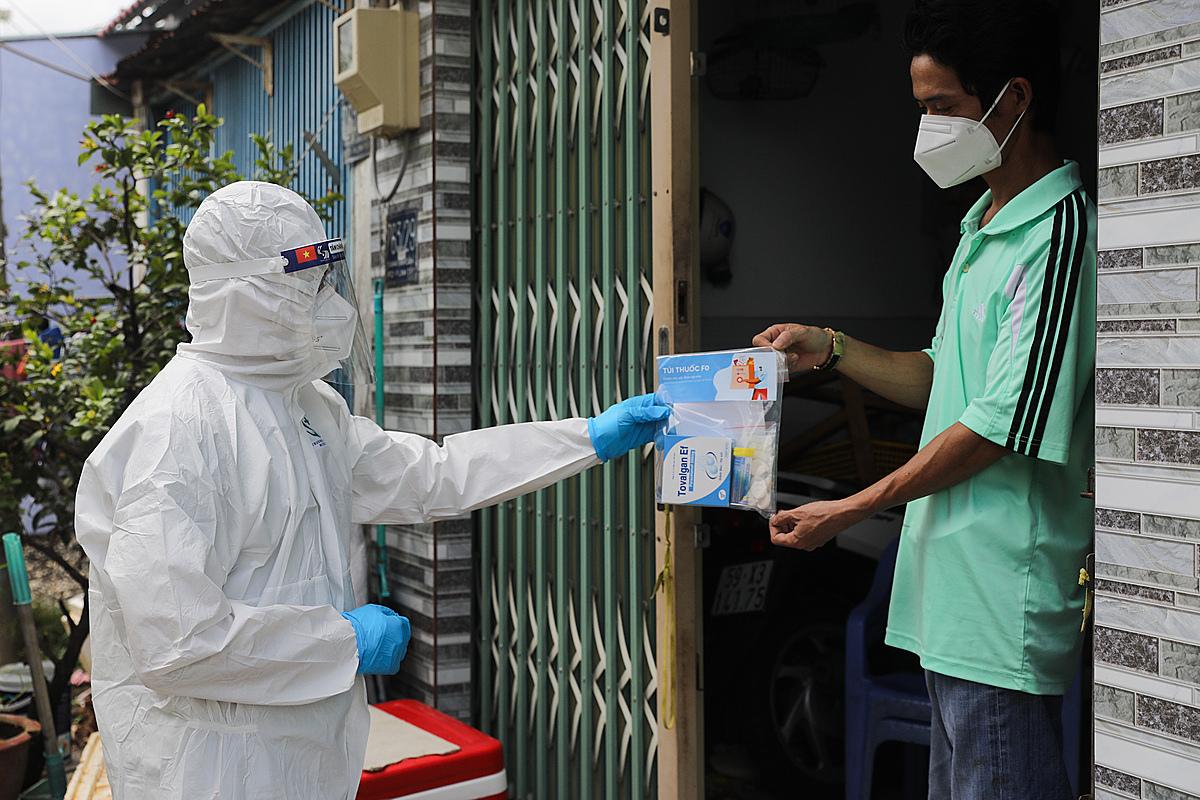 Nhân viên y tế phường Linh Tây (TP Thủ Đức) thăm khám và phát thuốc cho F0 điều trị tại nhà, ngày 3/9. Ảnh: Quỳnh Trần