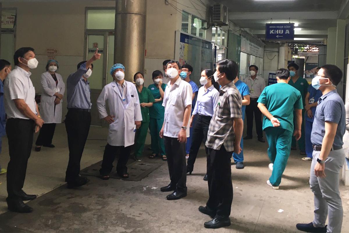 Bác sĩ Nguyễn Tri Thức, Giám đốc Bệnh viện Chợ Rẫy (áo sơ mi trắng, ở giữa) khảo sát tại Trung tâm Thu dung, điều trị Covid-19 Kiên Giang, chiều 23/9. Ảnh: Bệnh viện cung cấp.