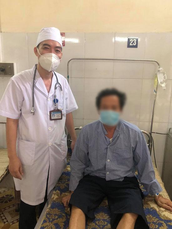 Bệnh nhân whitmore, 50 tuổi, nhập viện hôm 17/9, chụp ảnh cùng bác sĩ điều trị hôm 23/9. Ảnh: Bệnh viện cung cấp.