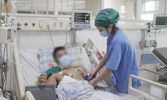 Bệnh nhân bị điện giật được chăm sóc và điều trị tại Khoa Hồi sức tích cực, Bệnh viện Bãi Cháy. Ảnh: Bệnh viện cung cấp