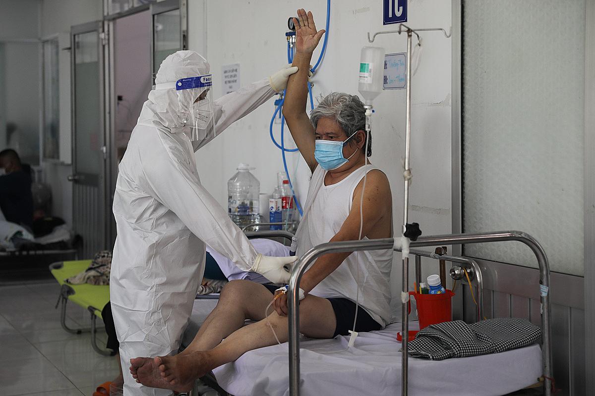 Bác sĩ chăm sóc và hướng dẫn bài tập phục hồi phổi cho F0 tại Bệnh viện Phục hồi chức năng và Điều trị bệnh nghề nghiệp (quận 8, TP HCM), ngày 21/9. Ảnh: Quỳnh Trần