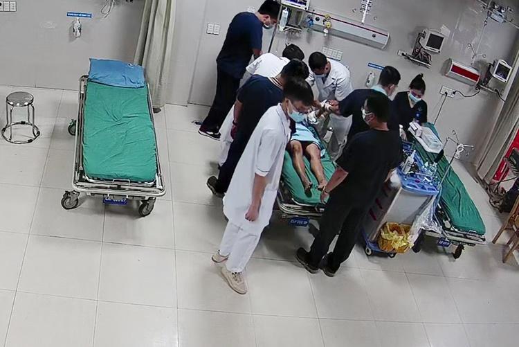 Bác sĩ cấp cứu cho bệnh nhân. Ảnh: Bệnh viện cung cấp