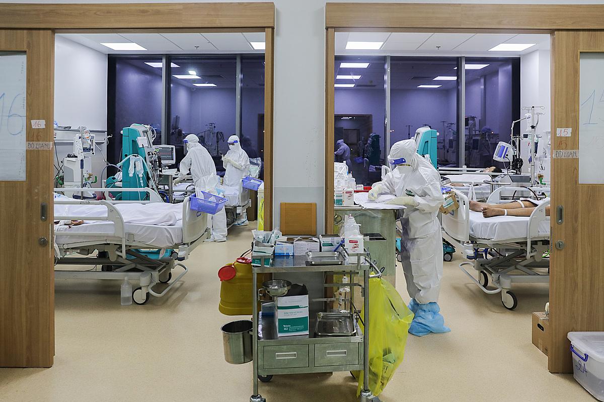 Bác sĩ điều trị, chăm sóc người mắc Covid-19 tại Bệnh viện hồi sức Covid-19 đặt tại Bệnh viện Ung Bướu TP HCM cơ sở 2, ngày 13/9. Ảnh: Quỳnh Trần