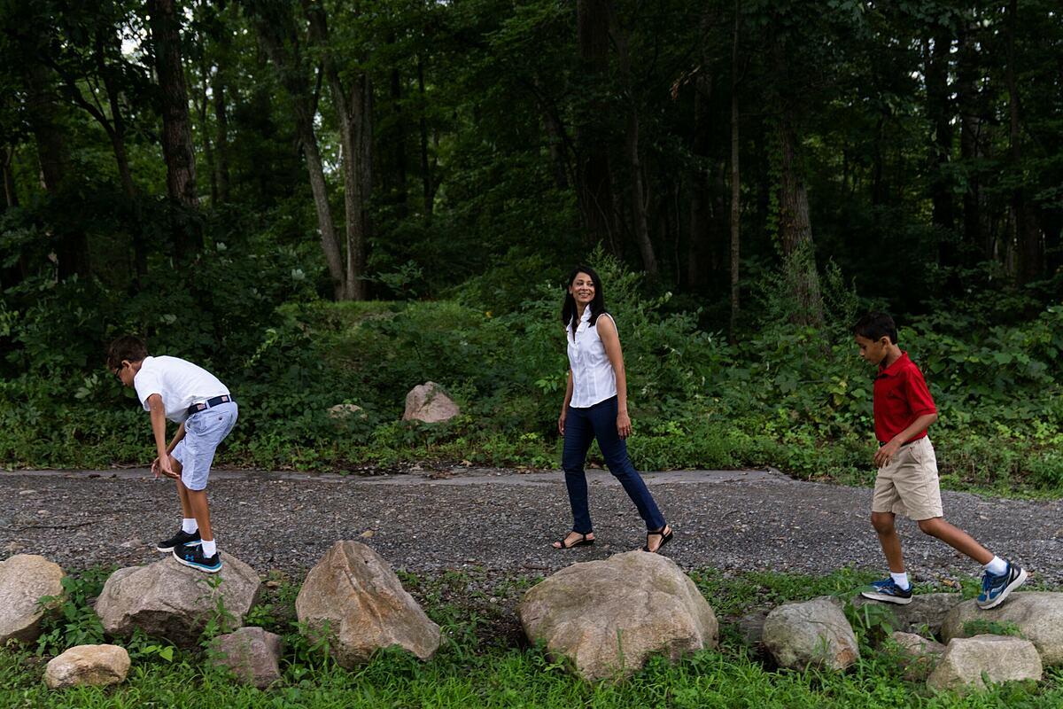bác sĩ da liễu Seema Doshi (giữa), 46 tuổi, cùng hai con trai. Ảnh: NY Times