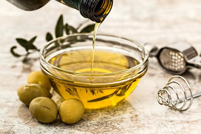 Dầu ô liu là thành phần quan trọng trong chế độ ăn ít tinh bột. Ảnh:Medical Xpress.