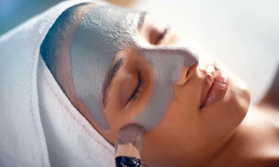 Tẩy tế bào chết mỗi tuần 1-2 lần kết hợp với đắp mặt nạ dưỡng da để giúp da được dưỡng tốt hơn. Ảnh:Healthy
