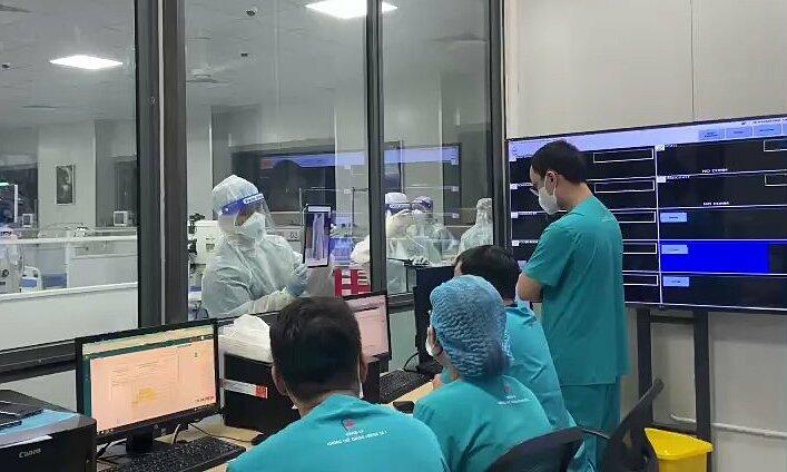 Các bác sĩ tại Bệnh viện điều trị người bệnh Covid-19 đang trao đổi về tình trạng bệnh nhân. Ảnh: Bệnh viện cung cấp