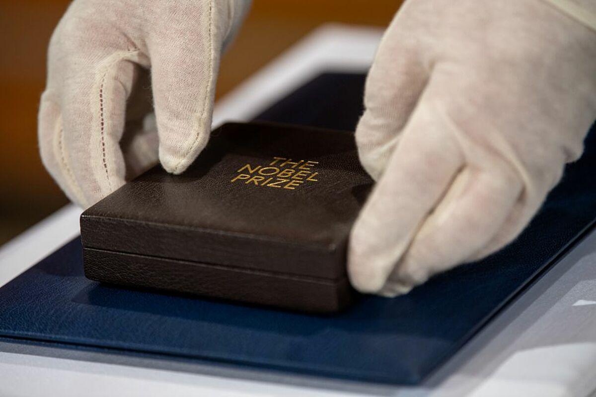 Hộp đựng giải thưởng Nobel trong buổi lễ tại Đức, tháng 12/2020. Ảnh: Reuters