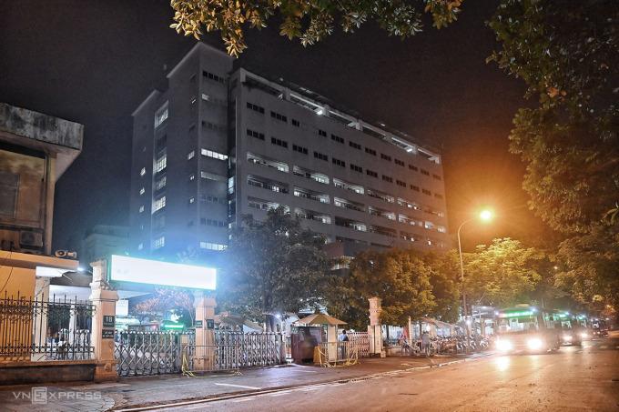 Trung tâm kiểm soát bệnh tật Hà Nội tổ chức đoàn xe đưa 150 người ở Bệnh viện Việt Đức đi cách ly tập trung tối 2/10. Ảnh:Giang Huy.