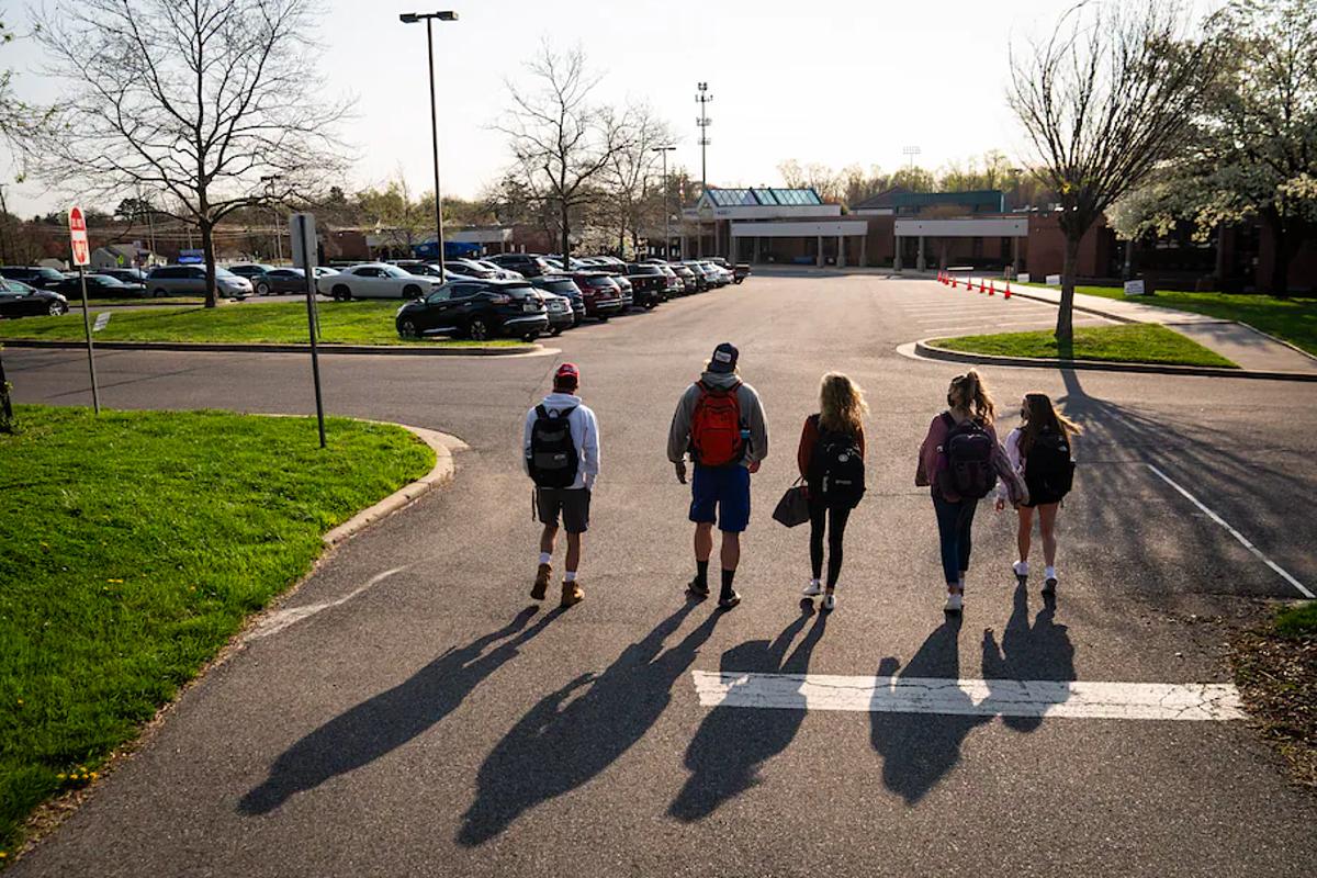 Họ sinh năm cuối trường Trung học Sherwood trở lại học tập vào tháng 4/2021. Ảnh: Washington Post