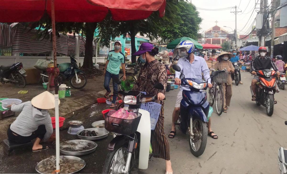 Không khí mua bán tấp nập, đông đúc tại một khu chợ tự phát phường Long Thạnh Mỹ, TP Thủ Đức. Ảnh: Lê Cầm