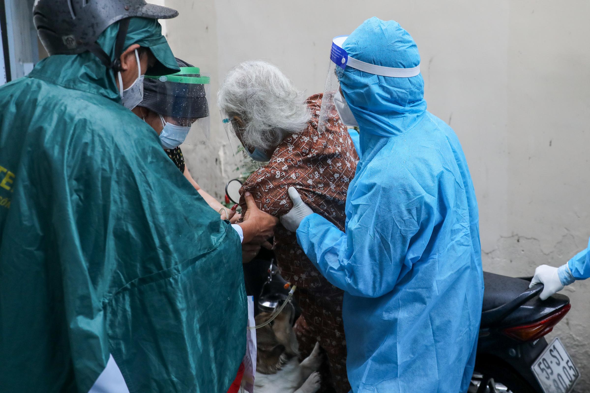 Tổ quân y cơ động ở phường 11, quận Bình Thạnh hỗ trợ chăm sóc F0, ngày 23/8. Ảnh: Quỳnh Trần.