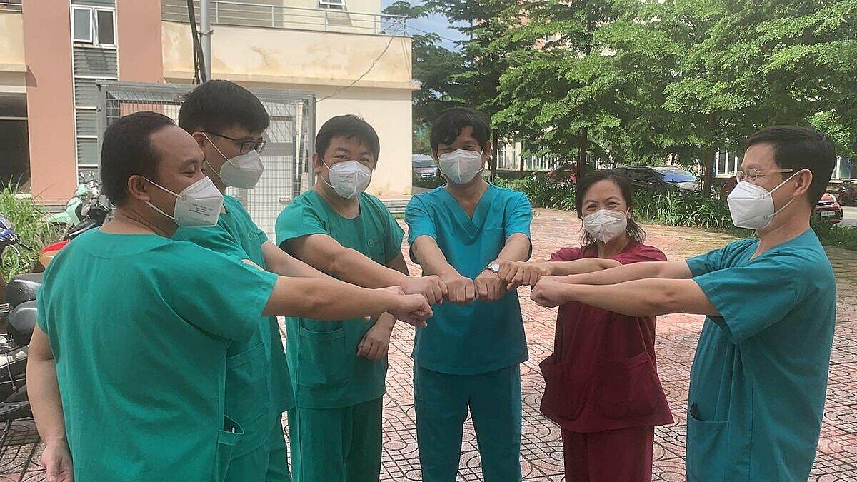 Các bác sĩ Quảng Ninh chụp hình lưu niệm với lãnh đạo bệnh viện dã chiến số 12 trước khi trở về. Ảnh:Bệnh viện cung cấp