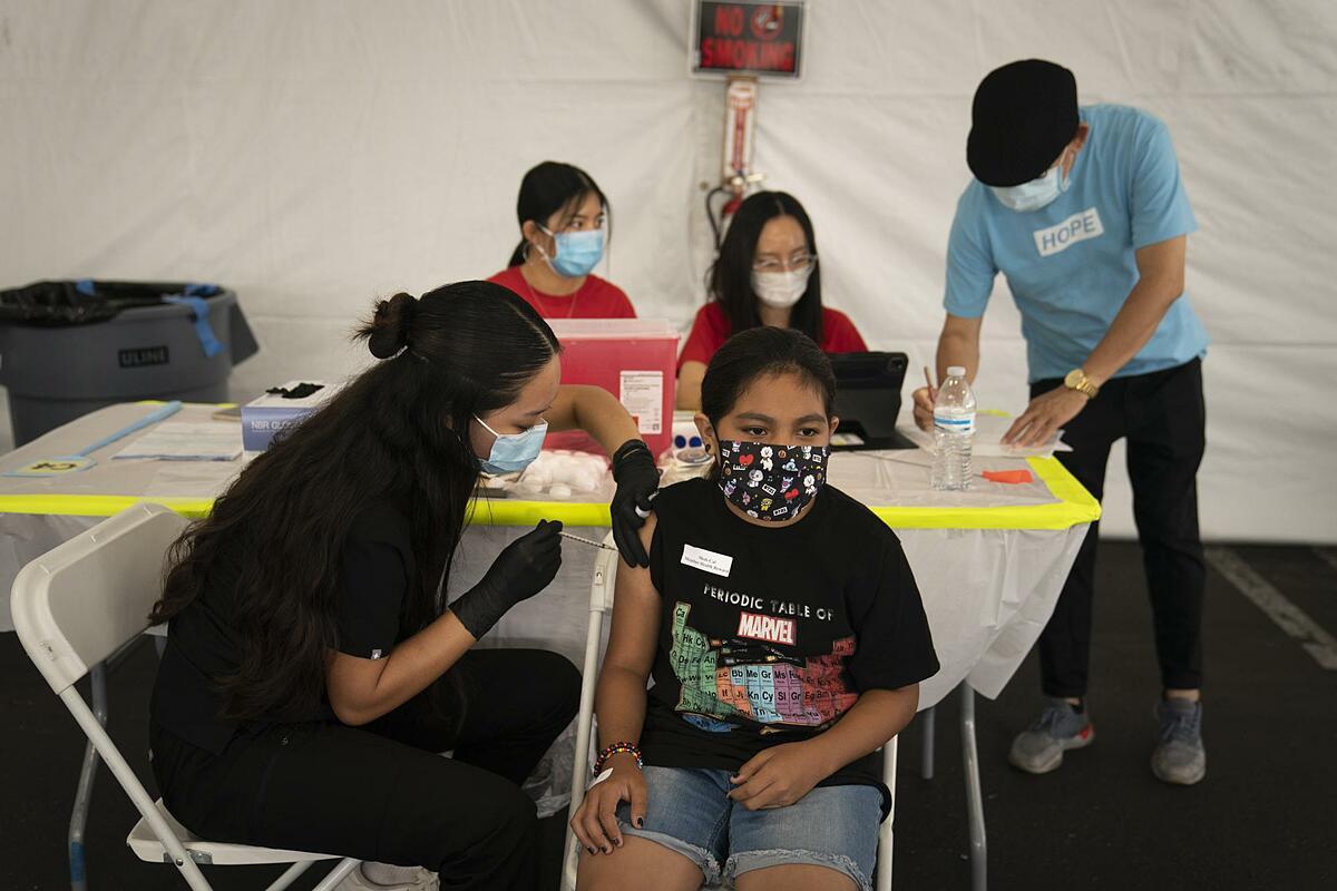 Một bé gái 13 tuổi được tiêm vaccine Pfizer tại California, Mỹ, ngày 28/8. Ảnh: AP