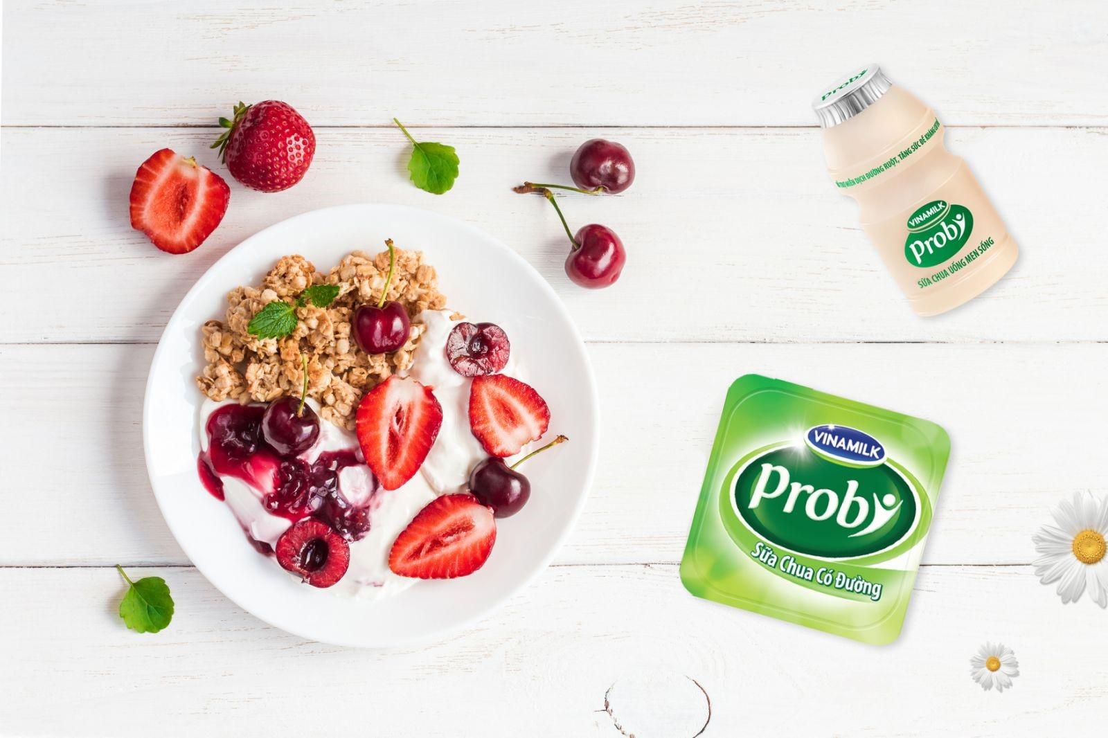 Bố mẹ có thể chế biến đa dạng các món ăn cho trẻ với sữa chua. Ảnh: Vinamilk