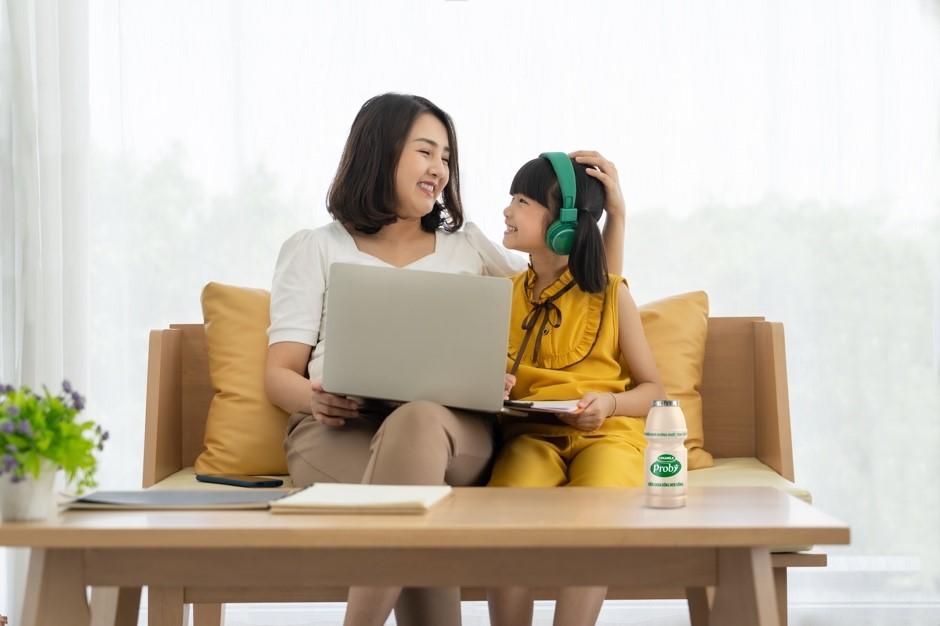 Cha mẹ hãy khen ngợi, động viên để kích thích tinh thần học tập của trẻ. Ảnh: Vinamilk