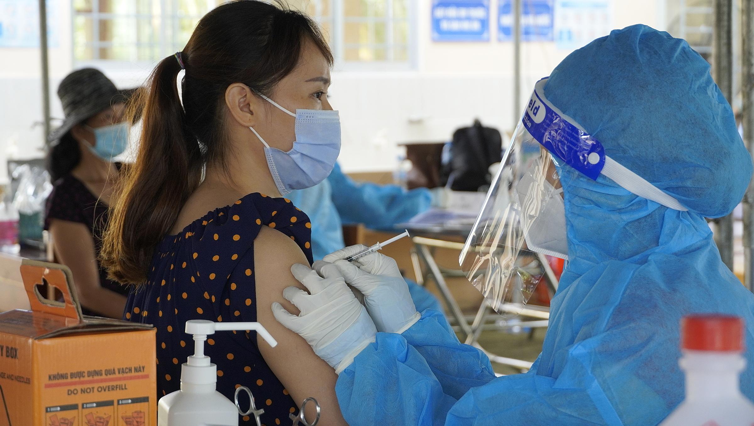 Tiêm vaccine Covid-19 ở Long An. Ảnh: Hoàng Nam