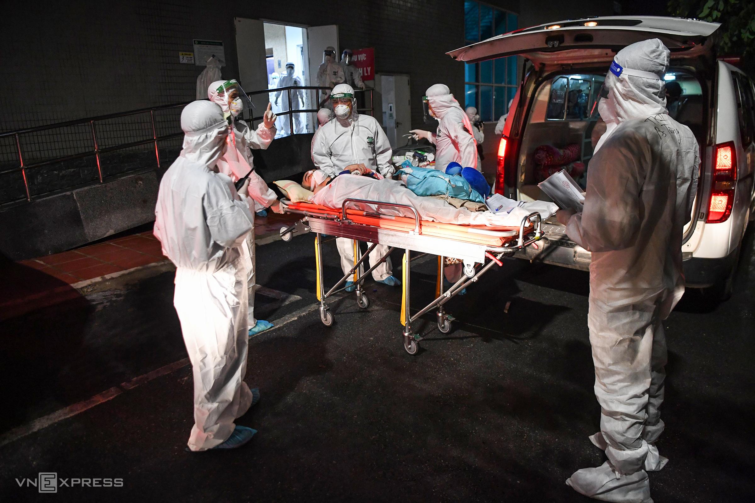 Người bệnh tại viện Việt Đức được chuyển cách ly tại viện Thanh Nhàn tối 4/10. Ảnh: Giang Huy.