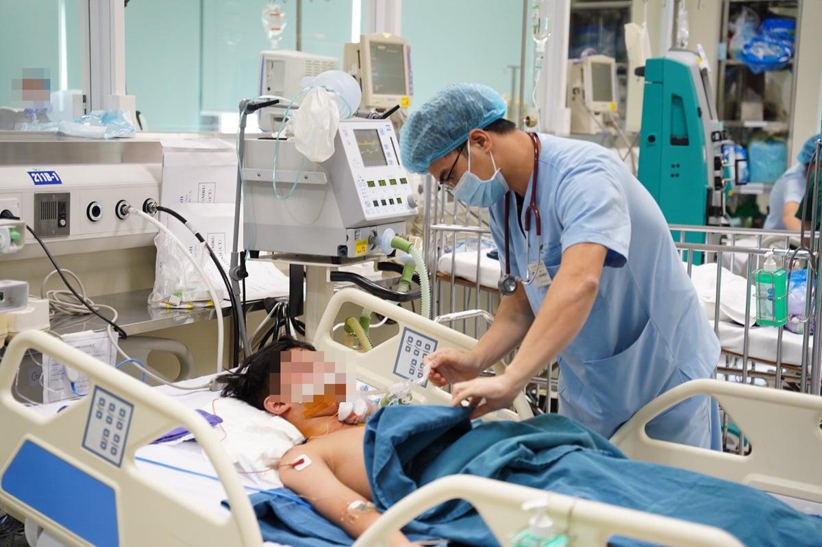 Một bệnh nhi bị chấn thương sọ não đang điều trị tại Bệnh viện Nhi trung ương. Ảnh: Khánh Chi