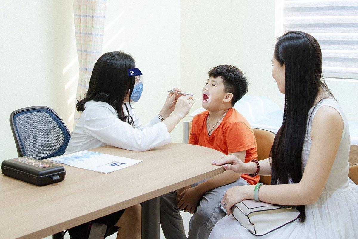 Bác sĩ Kim Thoa thăm khám cho trẻ mắc bệnh hô hấp.