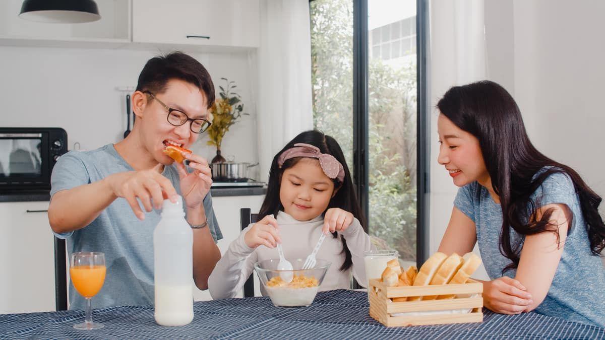 Không khí ăn uống vui tươi cùng gia đình tạo cảm giác ngon miệng hơn cho con. Ảnh: freepik.