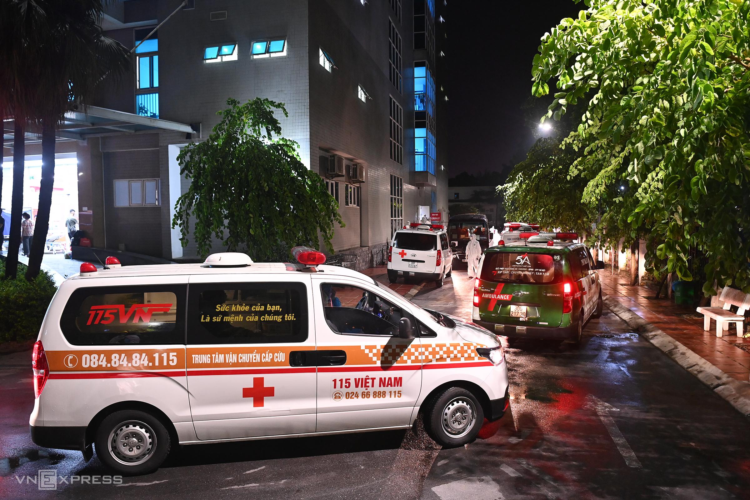Xe cấp cứu chở người bệnh và người nhà từ viện Việt Đức tới Thanh Nhàn cách ly tối 5/10. Ảnh: Giang Huy.