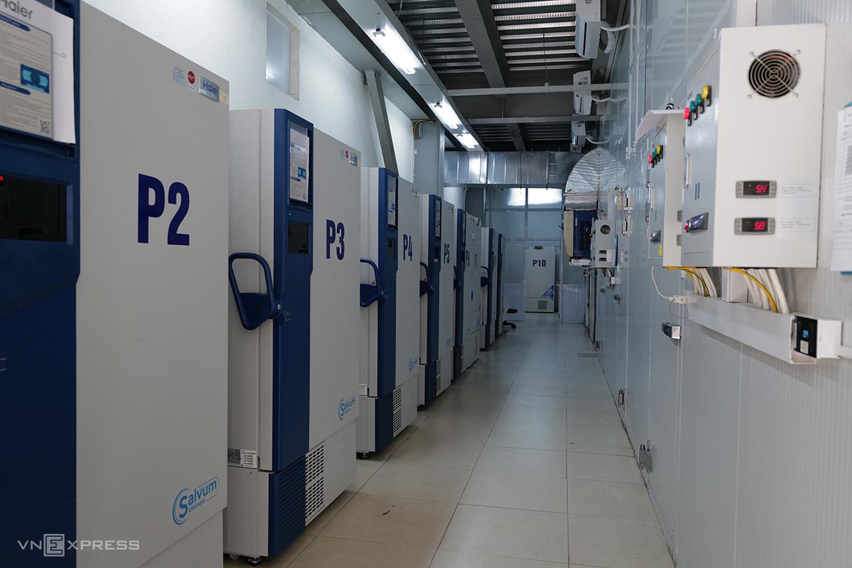 Bên trong kho lạnh sâu bảo quản vaccine Pfizer, tại Viện Vệ sinh Dịch tễ Trung ương. Ảnh: Ngọc Thành