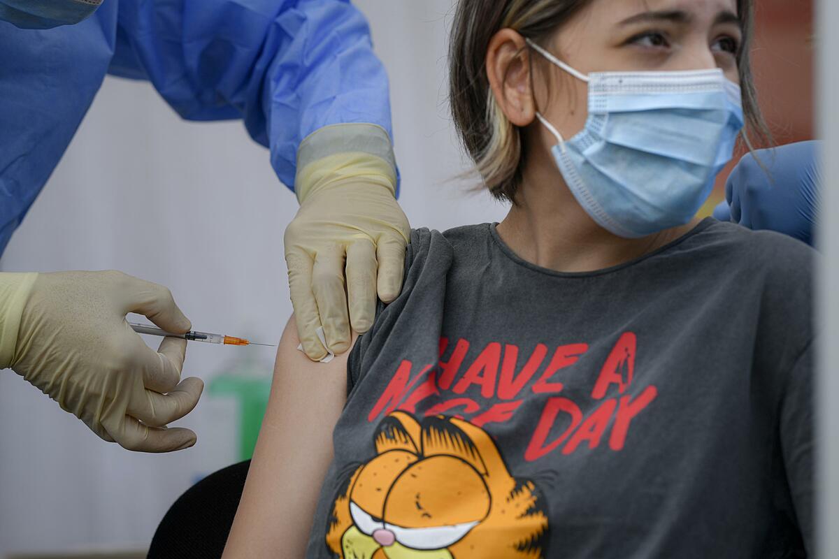 Một bé gái 12 tuổi được tiêm vaccine tại Bucharest, Romania, ngày 2/6. Ảnh: AP