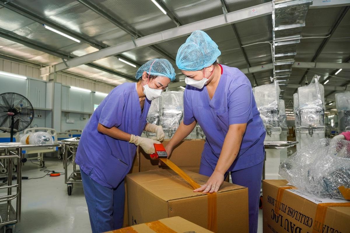 Nhân viên y tế Bệnh viện Việt Đức đóng gói trang thiết bị y tế, bàn giao lại Trung tâm Hồi sức Covid-19 cho Bệnh viện Đại học Y dược tiếp quản. Ảnh. Bệnh viện Đại học Y dược TP HCM
