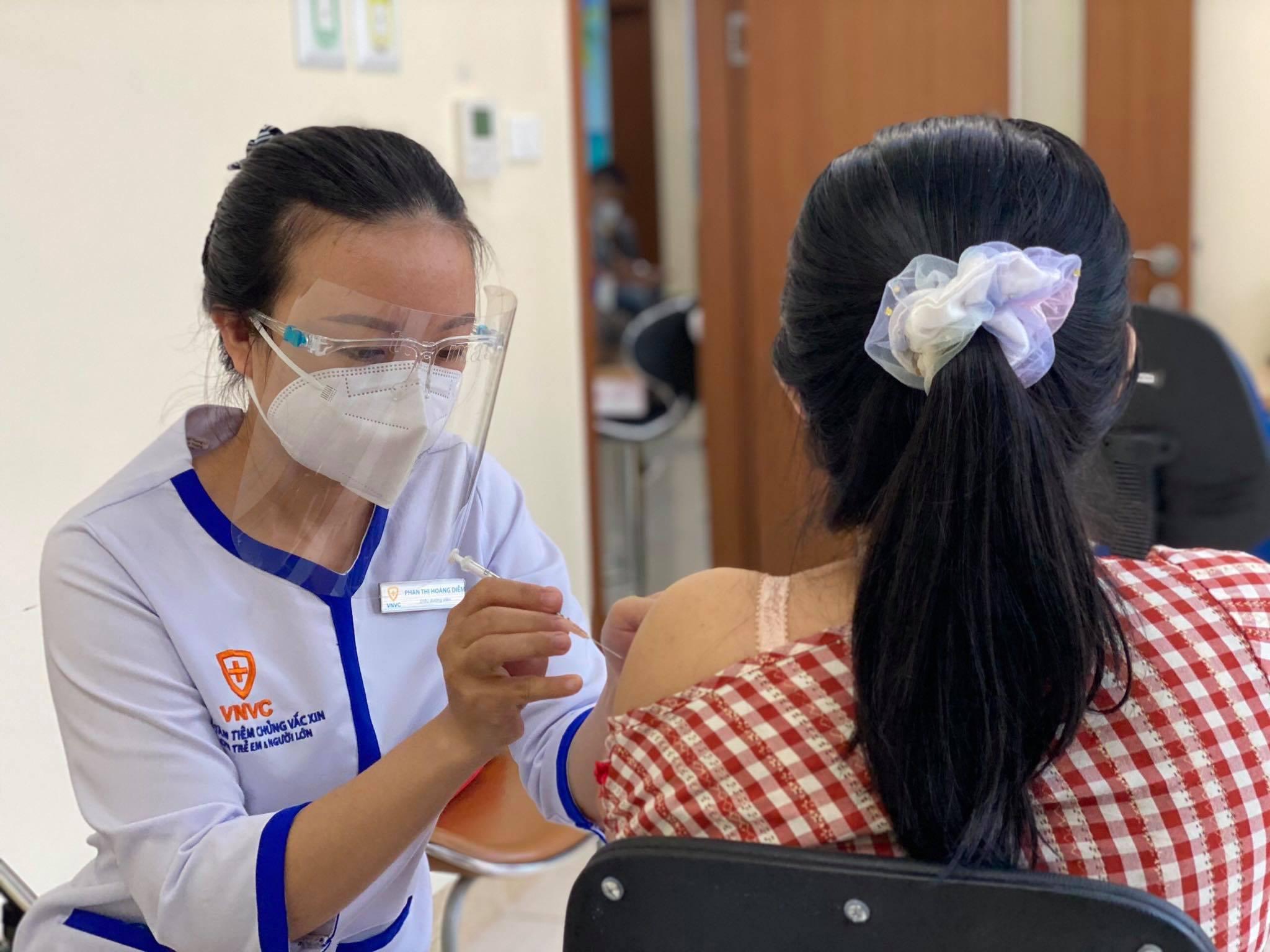 Hàng nghìn thai phụ từ 13 tuần thai trở lên được khám sàng lọc, tiêm vaccine Pfizer phòng Covid-19 và kiểm tra sức khỏe sau tiêm tại Bệnh viện Đa khoa Tâm Anh TP HCM từ ngày 13/8/2021. Ảnh: Phong Lan