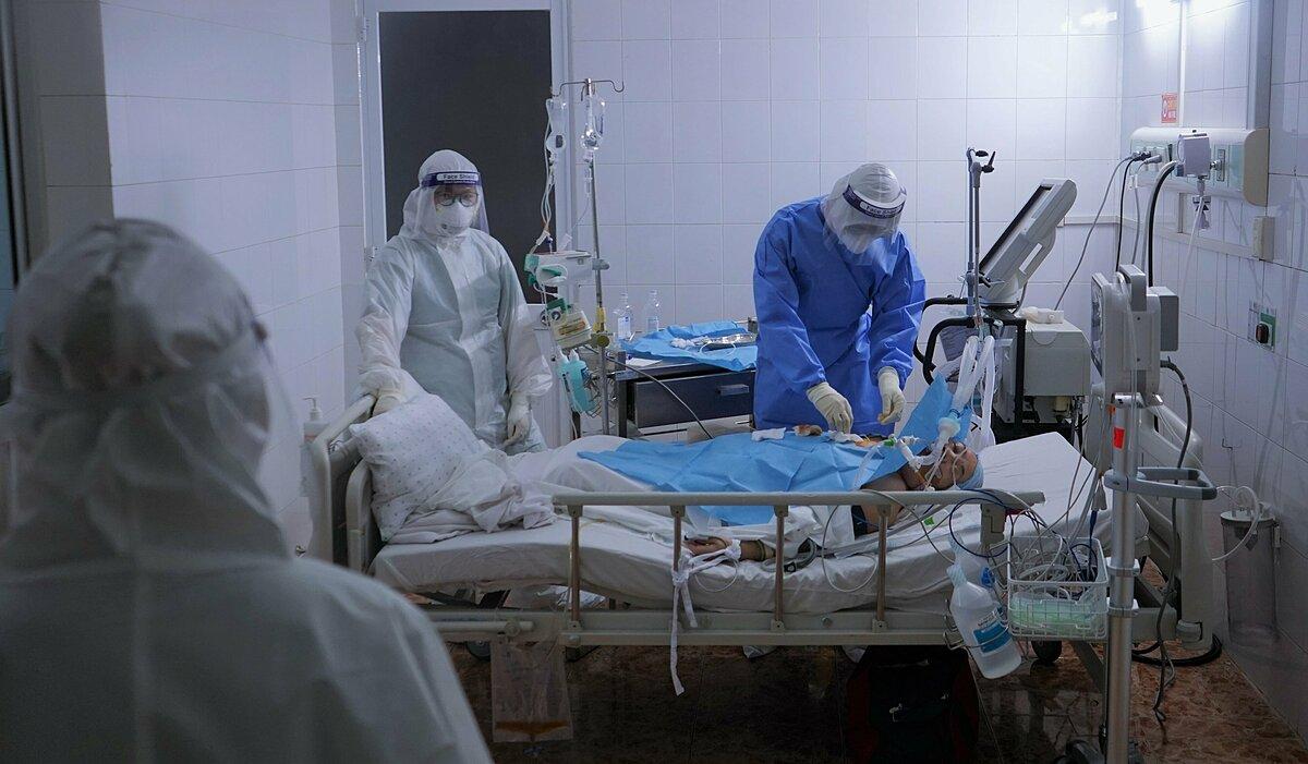 Bệnh nhân được đặt nội khí quản thở máy tại Bệnh viện Quân y 175. Ảnh: Chính Trần.