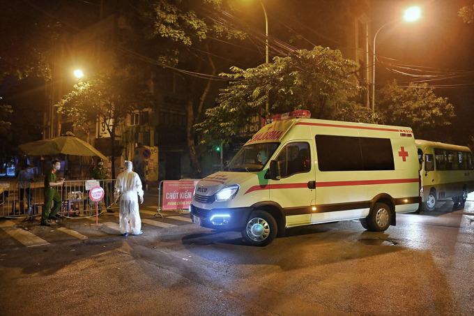 Xe cứu thương vận chuyển các ca nhiễm mới từ Bệnh viện Việt Đức đến điều trị tại Bệnh viện Nhiệt đới Trung ương đêm 1/10. Ảnh:Giang Huy.